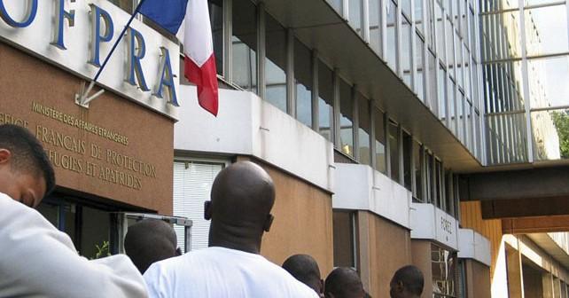 Attente devant l'OFPRA (Office Francais de Protection des Refugies et Apatrides) : c'est un veritable parcours du combattant pour les etrangers qui souhaitent demander l'asile en France aujourd'hui.